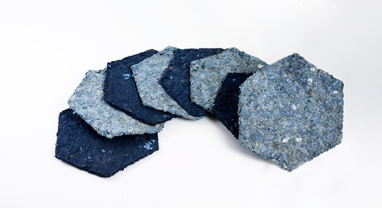 Material made of textile waste and starch