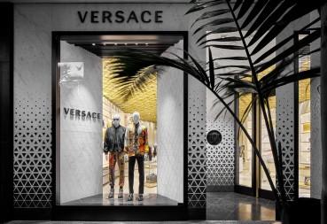 La nuova boutique di Versace punta alla sostenibilità