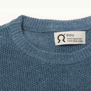 The sweater made of recycled jeans yarn