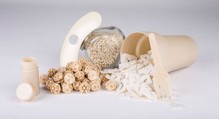 Thermoplastic polyesters made of biomass