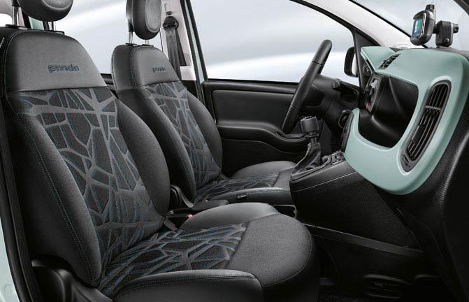 Interni della nuova Fiat Panda ibrida con materiale riciclato